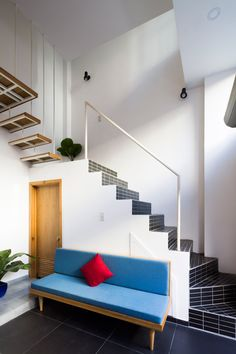 To prevent the necessary circulation areas from diminishing the internal floor space, the staircase that connects the various levels was pushed to the perimeter of the building.