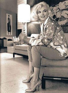 Marilyn Monroe lookng soooo stunning. Awesome outfit too! Such a cool lady, but such a tragic life.