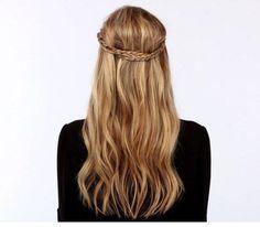 Acconciatura per capelli lunghi con treccia intorno al capo in stile indiano