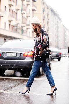 Fotos de street style en Milan Fashion Week: Bomber y jeans boyfriend. columbine