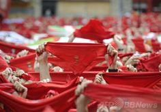スペイン北部パンプローナ(Pamplona)の市庁舎前広場で、「牛追い祭り」の異名で知られる「サン・フェルミン祭(San Fermin Festival)」の開幕を迎え、赤いスカーフを上空に掲げる人々(2014年7月6日撮影)。(c)AFP/ANDER GILLENEA ▼7Jul2014AFP|スペインの「牛追い祭り」開幕、ワインまみれで「万歳!」 http://www.afpbb.com/articles/-/3019831 #San_Fermin_Festival