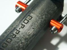 POP-Products UD Carbon Sattelstützen Kopf der 34,9x425 mm Sattelstütze. Pin in Orange und Schrift in Schwarz