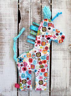 das etwas andere Tuch.... Kunterbuntes Schmuse-/Schnullertuch in Giraffenform mit Knisterohren und vielen Bändern zum fühlen mit Händchen und Mündchen. Auf Wunsch befestige ich am Schwanz...