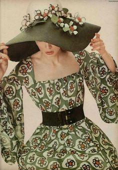 L'Officiel #551, 1968. Photographer: Patrick Bertrand. Christian Dior, Spring 1968 Couture