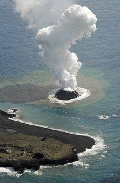 Esta pequeña isla volcánica fue descubierta cerca de 970 km (600 millas) al sur de Tokio a finales de noviembre de 2013. Originalmente tenía unos 182 metros (600 pies) de diámetro, pero erupciones continuas han ampliado ahora la isla a casi ocho veces su tamaño original, ya que se ha fusionado con una isla cercana. Usted puede leer más sobre este pequeña isla que ahora es un gigante en el  Daily Mail o National Geographic.