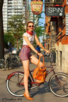 Just came across this blog TorontoVerve.  I love the vintage outfit. Especially the purse!