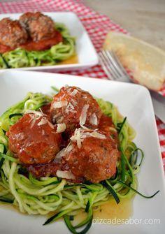 Espagueti de zucchini o calabacita con albóndigas y salsa de tomate (sin pasta, sin gluten, sin carbohidratos) - www.pizcadesabor.com