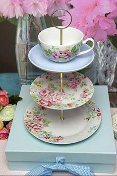 Heartfelt and Homemade: DIY:: Cupcake Stand