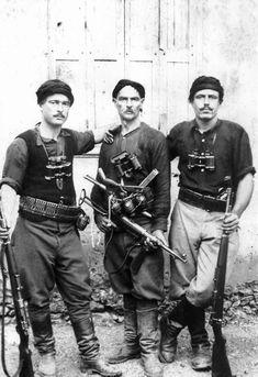 Partisanos cretenses posan para una fotografía después de la invasión del Eje a la isla. 1941