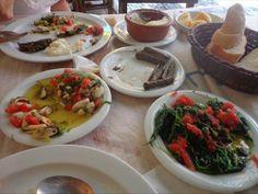 Tik Mustafa, Ayvalık`da salaş meyhane ve balıkçıların olduğu Tenekeciler Sokağında gizlenmiş bir lezzet vahası. Türkiye`de bir tatil yerinde en taze ve lezzetli ürünleri bu kadar uygun fiyata tadabileceğiniz bir yer bulabileceğinizi sanmıyorum.Domates,salatalık turşusu ve dereotu ile hazırlanan, midye salatası müthiş taze ve lezzetliydi.Sirken otu bir harikaydı, diğer tüm mezeler gibi o kadar bol koymuşlardı ki bitiremedik.Güveçte yoğurt, incecik sarılmış zeytinyağlı yaprak sarm