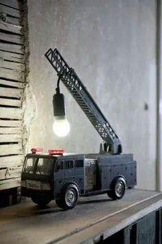 Stoere lamp voor jongens (slaapkamer) gemaakt van een brandweerwagen.