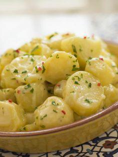 Daca iti place salata orientala, atunci iti va placea si aceasta reteta deosebita de salata de cartofi! Este putin mai sofisticata, dar la fel de gustoasa. Aceasta reteta de salata combina cartofii dulci cu cartofii obisnuiti