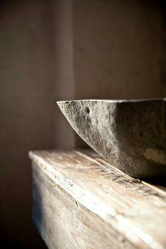 ~ vessel sink - évier vieilli sur une table en bois ~ #wabi-sabi #wood #sink via @francyemino2013
