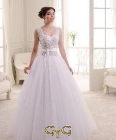 5862196c0 El vestido de novia Cristal lleva un precioso y exquisito corset con  transparencias