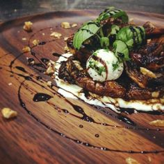 Hongos Portobelo. Hongos champiñon. Queso (ahoga pollo). Reducción