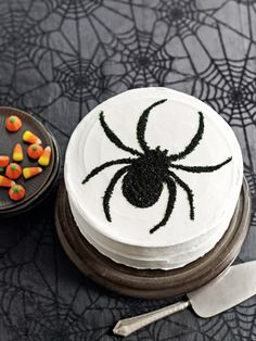 Awesome Spider Cake Decoration intended for Easy Halloween Cakes - Halloween Cake Recipes And Picture Halloween Desserts, Halloween Cupcakes, Buffet Halloween, Spooky Halloween Cakes, Halloween Torte, Pasteles Halloween, Bolo Halloween, Halloween Crafts For Kids, Halloween Templates