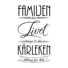 """Väggord med texten: """"Familjen, där livet börjar och kärleken aldrig tar slut"""""""