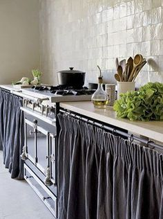 Home Interior Salas French Country Kitchen uses cabinet curtains.Home Interior Salas French Country Kitchen uses cabinet curtains Kitchen Inspirations, French Country Kitchen, Kitchen Remodel, Kitchen Decor, New Kitchen, Kitchen Dining Room, Country Kitchen, Home Kitchens, French Country Kitchens