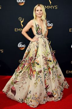 Kristen Bell in floral Zuhair Murad gown with plunging neckline // Bridal fashion inspiration on the Emmys 2016 red carpet Zuhair Murad, Look Star, Evening Dresses, Prom Dresses, Club Dresses, Spring Dresses, Red Carpet Gowns, Miroslava Duma, Heidi Klum