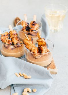 Mini chicken saté in a glass is the perfect snack for the weekend. Tapas Recipes, Gourmet Recipes, Appetizer Recipes, Appetizers, I Love Food, Good Food, Yummy Food, Chicken Specials, Fingerfood Party