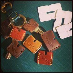 キーカバーもなかなかに奥が深い… 大、中、小と作ってみた♪ #leathercraft #レザークラフト #革小物 #キーカバー