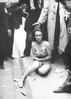 Juive, victime de harcèlement à Lvov Pogrom en 1941 en Ukraine