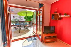 A nappaliból tágas terasz nyílik az udvarra. Loft, Bed, Furniture, Home Decor, Homemade Home Decor, Lofts, Stream Bed, Home Furnishings, Interior Design