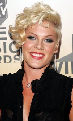 Pink Short Curls - Pink went for light and fluffy curls at the MTV Video Music Awards. Her bouncy curls accented her half shaved hair and showed off her punk rock style. Edgy Haircuts, Pixie Hairstyles, Short Hairstyles For Women, Curled Hairstyles, Wedding Hairstyles, Singer Pink Hairstyles, How To Curl Short Hair, Short Curls, Short Hair Cuts