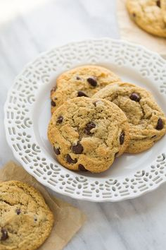 The Best Almond Flour chocolate Chip Cookies - our all-time favorite recipe! Crispy on the outside, soft on the inside and slightly buttery. People tell me all the time they prefer these cookies to their traditional cookie recipes. Keto Cookies, Almond Flour Cookies, Gluten Free Chocolate Chip Cookies, Almond Flour Recipes, Cookies Et Biscuits, Almond Flour Desserts, Almond Flour Baking, Almond Flour Chocolate Cake, Low Sugar Cookies