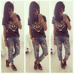"""Wowww o tigre 🐯 da camiseta me atacou? Por que taaaanto furo nessa calça menina?😜hahahaha Apesar de ser HIPER destroyed eu AMO esse jeans da @zara ! Adoro a lavagem e a modelagem, mas sei que é ousada e o exagero de """" buracos"""" não agrada a todos !!! A camiseta foi paixão a primeira vista , na @cea_brasil ( e o precinho? INHO, R$ 29,90 😱) e a sandália é @melissaoficial ! Bjss e boa semana!! #finabarganha #style #camuflado #jeans #melissa #fashionlook #instalook #instafashion"""