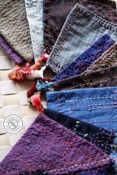 <販売済>表と裏では、布も刺した模様も異なるコースター。同じものは一つとしてないデザインなのに、何枚かまとめてみると不思議な統一感があります。小さなフリンジがアクセントに…小さめの一輪挿しなどの下に敷いて飾っても素敵です。■素材:表布、裏布、刺し子糸…綿■サイズ:約14cmx約14cm (一点一点手作りしておりますので、サイズにかなりの誤差があります)