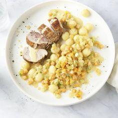 Vanavond gaan we op restaurant in eigen huis met dit heerlijk verfijnde gerechtje, dat eigenlijk helemaal niet zo moeilijk is om te maken. Mooi rosé gebakken varkenshaasje met een zalige mosterdroomsaus met fijne groentjes en gnocchi voor erbij. Complimenten aan de chef! #varkenshaasje #gnocchi #fijnegroentjes #mosterdsaus Risotto, 21 September, Lunch, Gnocchi, Vegetables, Ethnic Recipes, Food Ideas, Eat Lunch, Vegetable Recipes