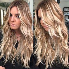 """""""Blonde de hoje foi especial para princesa @lauramedeirosd inspiração cabelos de praia com mechas largas e mesclas de dourado e branco parafina. Beach…"""""""