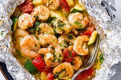 Lemon Garlic Herb Shrimp in Foil Packets — Want to try something new? Enjoy the hearty flavors of a nourishing dinner with this easy and healthy recipe. Shrimp with tomato and zucchini are marinate… Foil Packet Dinners, Foil Pack Meals, Foil Dinners, Easy Dinners, Low Carb Recipes, Cooking Recipes, Healthy Recipes, Quick Recipes, Atkins Recipes