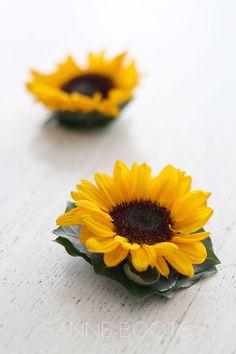 De #sterke #zonnebloem als #haarcorsage. Ps. dit zijn #natuurlijk de #allerkleinste #zonnebloemetjes die er zijn!