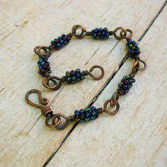 De gehamerd koperen links van deze armband geweest draad omwikkeld met mooie blauwe iris Rocailles. Hand bewerkte gesp is gevormd, gehard, Boulder en glad gepolijst. Leuke en kleurrijke en zeer geschikt voor gelaagdheid met andere armbanden. Lengte is ongeveer 7 3/4 inches of 19,8 cm. Deze armband zou ook ziet er geweldig uit met deze oorbellen: https://www.etsy.com/listing/501889058/iris-blue-seed-bead-wire-wrapped-dangle?ref=shop_home_active_1 B1...
