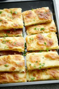 Msmen met kaas uit de oven | Kookmutsjes Quiches, Whole Food Recipes, Cooking Recipes, Fancy Appetizers, Savory Pastry, Good Food, Yummy Food, Quick Healthy Meals, Turkish Recipes