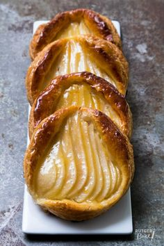Perengalettes van bladerdeeg – recept / Puff pastry with frangipane and pear - recipe - baking Pear Recipes Baking, Puff Pastry Recipes, Snack Recipes, Dessert Recipes, Snacks, I Love Food, Good Food, Sweet Bakery, Fruit Tart
