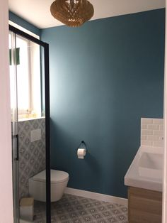 Salle de bain parentale douche noire meuble bois carreaux de ciment carrelage m. Blue Bathroom Interior, Interior Design Living Room, Beige Bathroom, Minimalist Bathroom Design, Bath Paint, Black Shower, Bath Tiles, Bath Design, Ideas
