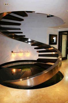 Необычная винтовая металлическая лестница