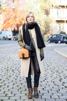 Outfit karamellfarbene Weste, khakifarbener Pullover, Boots mit Leopardenmuster, leather pants, camel waistcoat, how to wear