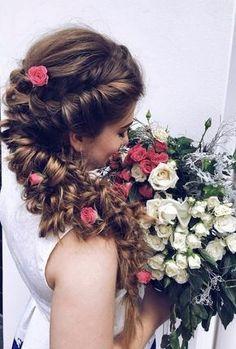 Idée de coiffure pour la mariée romantique - coiffure avec des fleurs