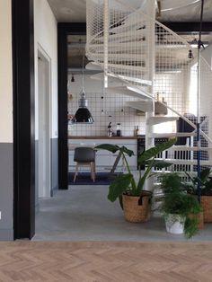 Nieuwbouw woning Strijp R door Broeren Das bouwbedrijf. Woonkamer doorkijk naar keuken. Houten visgraatvloer. Industrial livingroom kitchen.