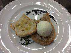 Bruschetta di pane al lievito madre e bruschetta di pane integrale al lievito madre con Gelato byNice all'olio di oliva