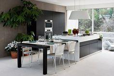 heller Raum Wohnküche in Hochglanz und weiß grauen Farben