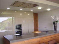 Diseño de #cocina realizado por Sobrecocinas (Valencia) con campana de techo Pando E-210