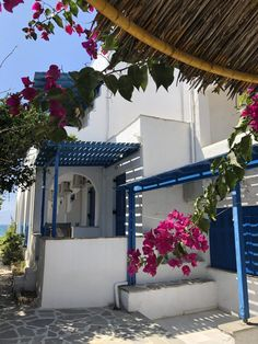 3 days to discover naxos is not enough but here are some suggestions and photos of what to see, do and eat. It's a beautiful island with lots to discover Beautiful Islands, Beautiful Beaches, Mykonos, Santorini, Naxos Greece, Deck Seating, Wonderful Places, Athens, Planes