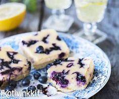 Mustikkajuustokakku uunissa. Vinkki! Kakku kannattaa tehdä jo edellisenä päivänä, jotta sen maut tasoittuvat ja rakenne jämäköityy. Sweet Pastries, Cheesecakes, Food Inspiration, Bakery, Deserts, Muffin, Food And Drink, Sweets, Eat