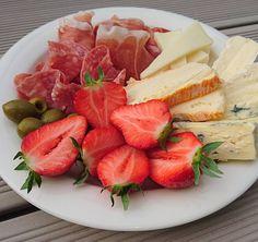 #dinner #cheese #salami #serrano #manchego #marcaire #brie #blualp #strawberries #olives #ost #lchf  #wernerssonost #plockmat #lowcarb #lowcarbhighfat #glutenfree #keto #glutenfritt #lågkolhydratkost #lavkarbo by sotutansocker