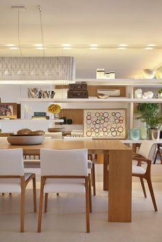 """Madeira clara e branco... Uma """"química"""" perfeita! Essa dupla faz sucesso! Mais ideias lá no Perfeita Ordem! Interior Exterior, Interior Architecture, Furniture Plans, Furniture Decor, Dining Area, Kitchen Dining, Sweet Home, Dinner Room, Light In"""